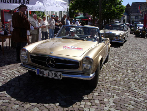 Damit hatten sie wohl nicht gerechnet: Die Teilnehmer aus Stadtoldendorf, Dres. Reza und Hanna Hadjian werden vor ihrem eigenen Haus kontrolliert. Mercedes 250 SL, Baujahr 1967 2,5 ltr , 150 PS