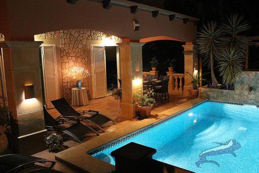 Ferienhaus in Bahia Grande, Mallorca, Villa Hibiscus, Pool und Terrasse, Abendstimmung