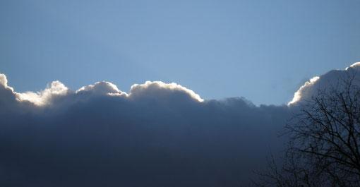 dunkle Wolke mit hellem Rand