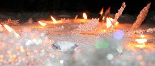 Fantasie und Wirklichkeit Fotografien und Gedichte Kathrin Steiger  Kerzenschein Kerzen im Schnee Diamant glitzer funkelt
