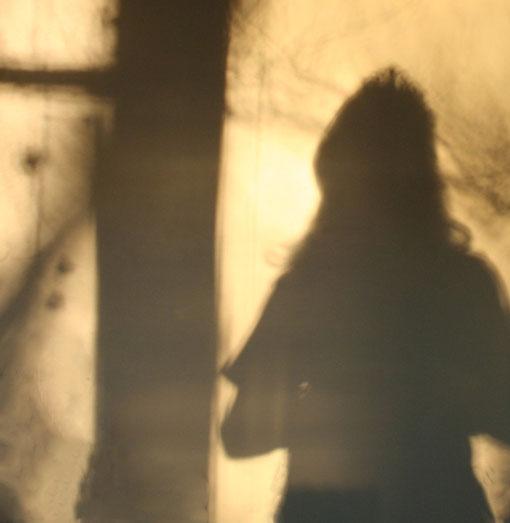 Fantasie und Wirklichkeit Fotografien und Gedichte Kathrin Steiger Schatten und Licht Prinzessin mit einem Diadem neben einem Baum