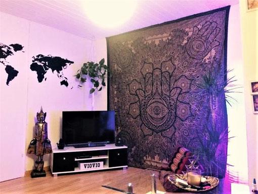 Blauer Gold Wandbehang als zentrale Wohnzimmer Dekoration