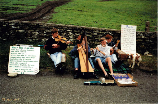 Young musicians, Cliffs of Moher, Co. Clare, altes Analogfoto