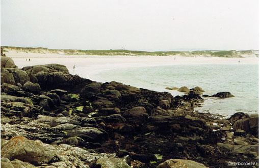 Dogs Bay bei Roundstone, Co. Galway,  bei diesigem Wetter (altes Analogbild)
