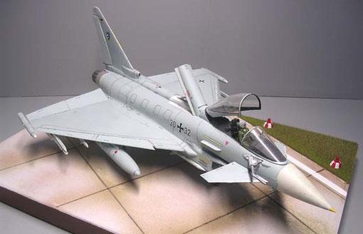 Das Revell-Modell mit geöffneten Cockpit- und Luftbremse.