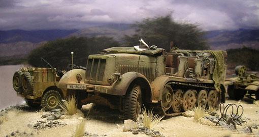 Die bullige Zugmaschine wirkt gewaltig gegenüber dem zierlichen Jeep.