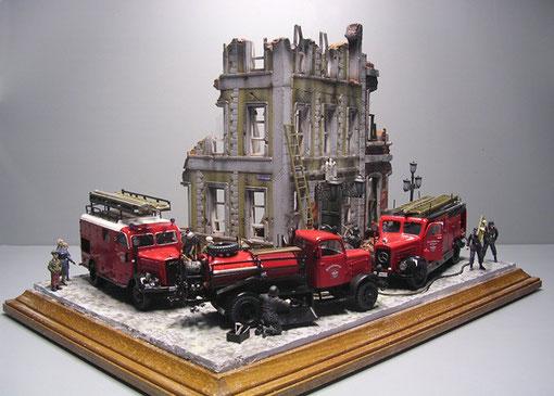 """Kreisförmig """"parken"""" die Feuerwehrwagen, so steht jedes in der Position zum einwandfreien studieren."""