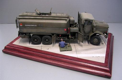 Ein MOnteur gehört zum Größenvergleich mit dazu und zeigt, wie gross das Fahrzeug wirklich ist.