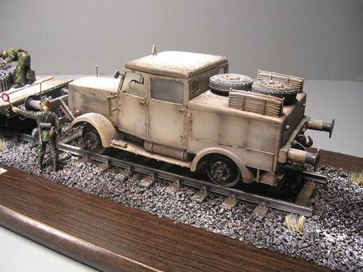 Die wuchtige Zugmaschine in schon arg verblasstem Sandgelb.