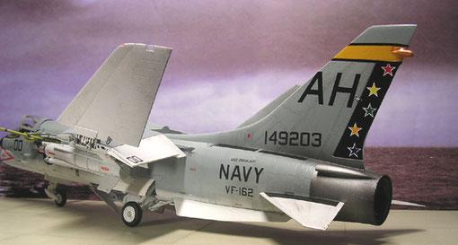 Buntes Dekor der  VF-162 auf der USS Oriskany
