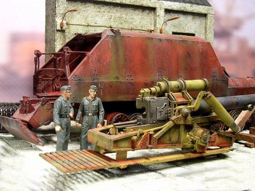 Eine serienmäßige 17cm Kanone mit geändertem Rohr wird in das aus unbehandelten Stahlplatten verschweissten Fahrgestell eingeschoben.