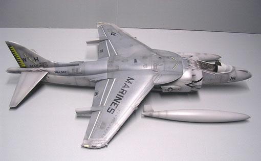 Der Tarnverlauf muss maskiert werden und per Hand auf den Flügel geschnitten werden.