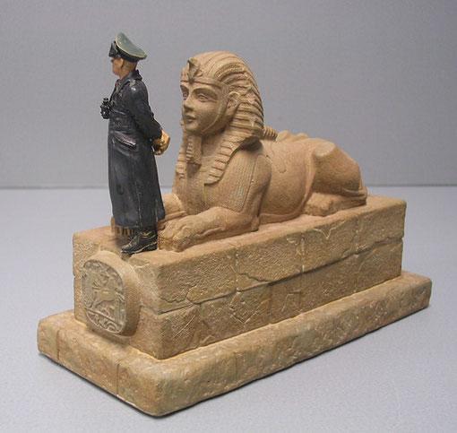 Klein und fein, der schöne Kontrast zwischen der antiken Figur vor den Gizeh-Pyramiden und dem General in seinem schwarzen Ledermantel, der wohl in Afrika ein wenig mehr verstaubt wurde.