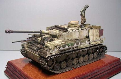 Das Modell stellt ein Fahrzeug der Ostfront im Winter 1944 dar, entsprechend hat es die Ostketten für verminderten Bodendruck aufgezogen.