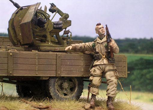 Mit Irokesenschnitt und Kriegsbemalung - besonders martialisch unser Fallschirmjäger. Hier erkennt man auch die extra Räder für den Opel Blitz, sowie die überarbeiteten Seitenflächen.