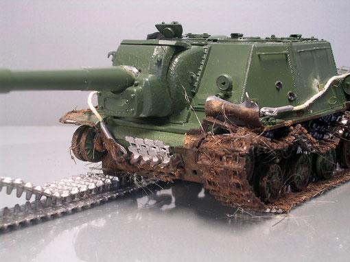 Die vorderen Kettenschutzbleche wurden stark verbeult oder mit Bleifolie dargestellt, zusammen gerollt.- Einschusslöcher des Panzerfaustbeschuss im Aufbau mit Hitze und Bohrer dargestellt.