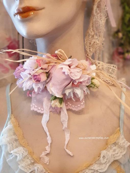 Couronne de fleurs pour cou. Fleurs séchées et fleurs faites en papier.