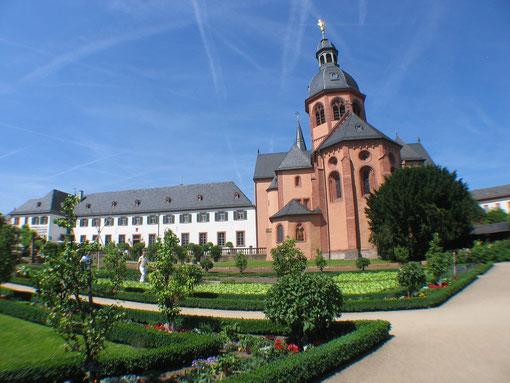 Einhard Basilika  mit Kräutergarten