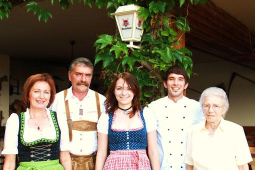 Drei Generationen helfen zusammen: Wirtshausgründerin Rosa Kumpfmüller, Wirtsehepaar Ingrid und Hans Kumpfmüller, Jungkoch Johannes Kumpfmüller sowie seine Schwester Magdalena