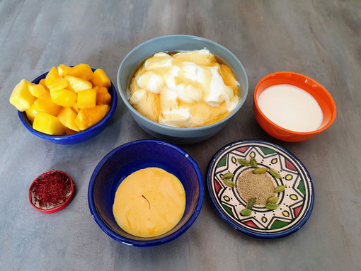 De g. à d. : Mangue, yaourt égoutté au miel, crème fraîche, safran, crème safranée et cardamome