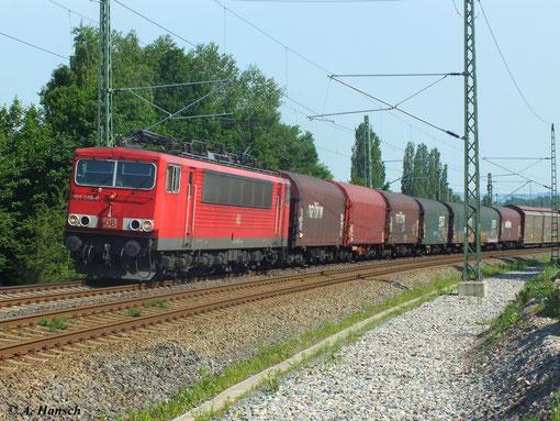 155 006-0 zieht am 18. Juni 2013 ihren gemischten Güterzug am Abzweig Furth in Chemnitz gen Riesa. Am Zugschluss rollt 294 695-2 mit