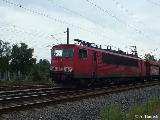 155 016-9 fährt am 27. Juni 2013 mit ihrem Güterzug gen Riesa. Gerade passiert sie das AW Chemnitz
