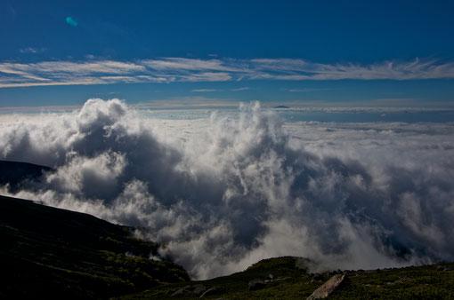 Ein Wolkenmeer am Morgen kurz vor dem Gipfel