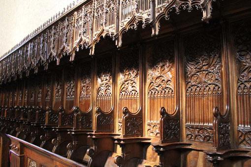 El coro de los Padres es de nogal oscuro.Formado por 40 sillas talladas por Martín Sanchez de Valladolid en 1489.Los dibujos de los respaldos, diferentes todos, estan llenos de armonía.