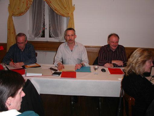 Aktuar, Präsident und Vizepräsidend (von links nach rechts)