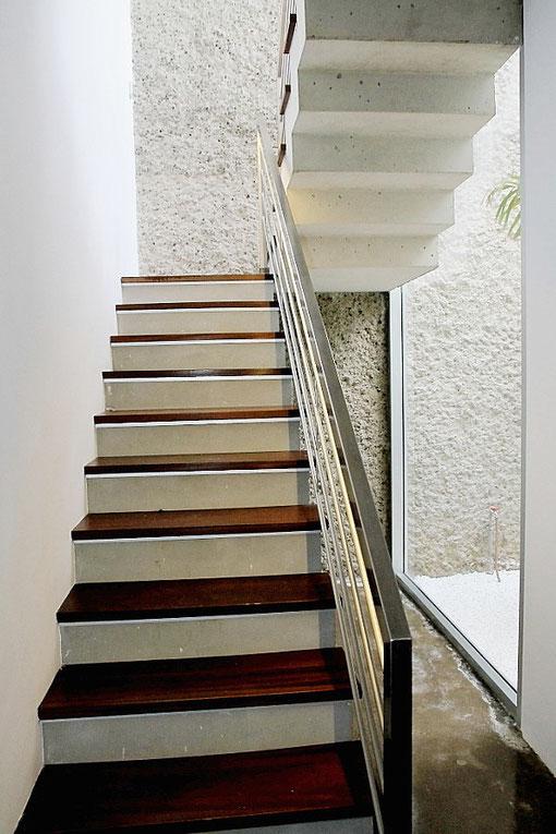 Sehr helles Treppenhaus mit Blick in den Garten
