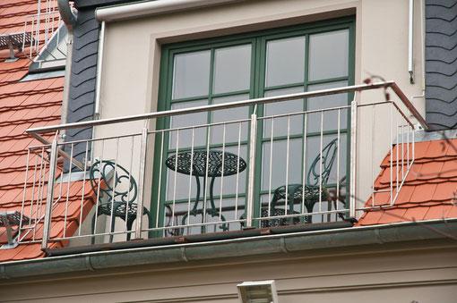 Schlafzimmer im 1.OG mit franz. Balkon und Blick in den Garten
