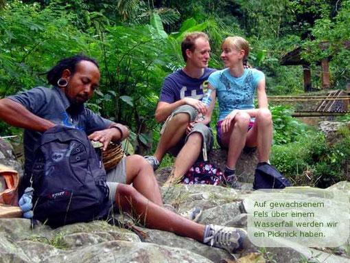 Auf gewachsenem Fels über einem Wasserfall dessen Rauschen uns in den Ohren klingt, können wir eine erste Rast einlegen und vielleicht ein kleines Picknick veranstalten.