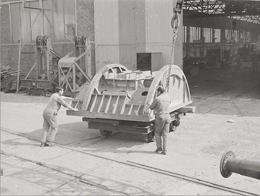 Spoorijzer was bovendien actief met divers constructiewerk. Deze foto toont twee gastarbeiders voor de revisiewerkplaats in 1965. (Bron: Historisch Beeldarchief Migranten)