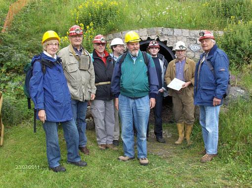 Einige Teilnehmer vor dem Stollenmundloch des Beerberger Stollen in St. Andreasberg (2. von rechts Dr. Ließmann)
