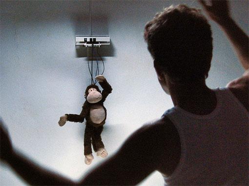»Monkey Business« 2011 · Instalación interactiva · sensor kinect · ordenador · microcontrolador · componentes electrónicos · motores servo · hierro · monito peluche · dimensiones variables (en colaboracion con Jan M. Sieber)