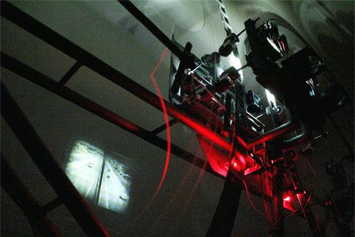 »Kreisverkehr« 2011 · Phenaskistoskop - 4.30m x 0.5m x 2.35m ·  Zweifachprojektor · Metallstruktur · CNC geschnittene Plexiglaskreise · Scheibenwischermotoren · alte Diaprojektorenlinsen · 2 x 120 Dias · Ultrahelle 100W LEDs · selbst gebaute Elektronik