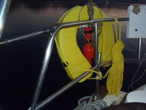 Rettungsring und Sicherungsleine mit der aufschwimmenden Blinkleuchte einer Charteryacht