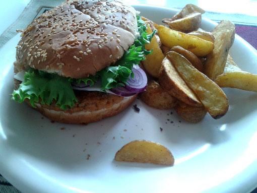 Quinoa-Süßkartoffelburger mit Kartoffelspalten