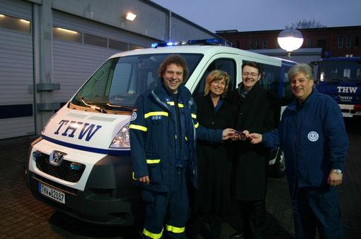 Claus Dietrich (Vorsitzender des Fördervereins) übergibt im Beisein von Dagmar Wöhrl (MdB) und Michael Frieser (MdB) das Fahrzeug an den Ortsbeauftragten Peter Brandmann
