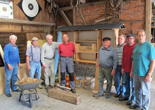 Die Männer der Arbeitsgruppe vor dem im Bau befindlichen Insektenhotel.                                                                 (Nicht auf dem Foto Günther Waßmann und Karl Bartsch)