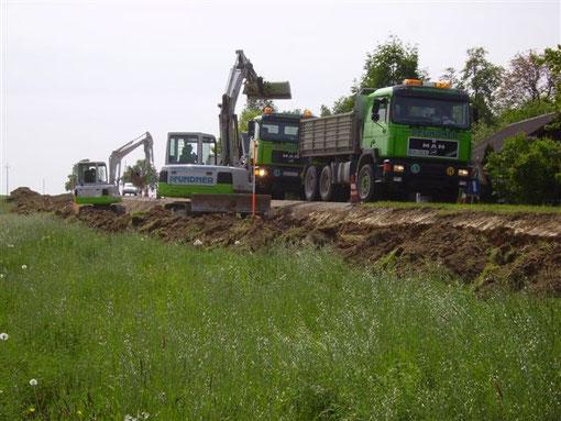 Dreiseitenkipper im Einsatz bei Straßenverbreiterungsarbeiten
