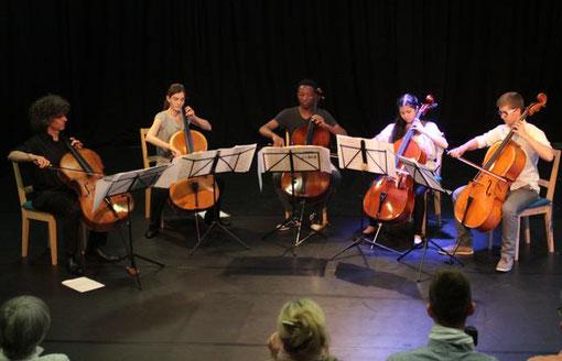 Vier junge Cello-Talente gaben gemeinsam mit Dozent Walter-Michael Vollhardt am Sonntagabend ein respektables Konzert im Zeit-Areal.