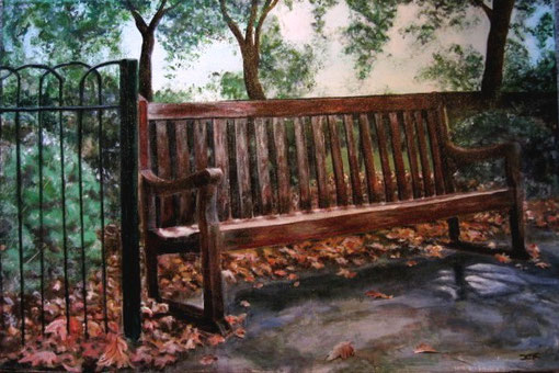 einsame Bank im Herbst.