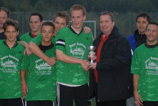 Turnierleiter Michael Dregger überreichte den SCL-Kapitän Matthias Thielicke gestern Abend den Stadtmeisterpokal
