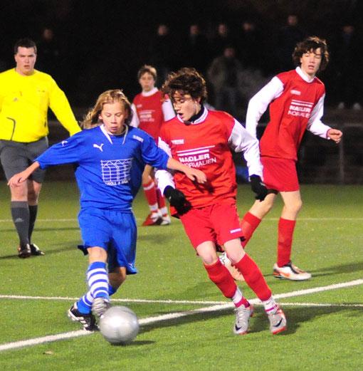 Im Kreispokalfinale der C-Jugend setzte sich Rot-Weiß Lüdenscheid (rechts) gegen den SC Lüdenscheid im Elfmeterschießen durch. (Foto WR Lutz Großmann)