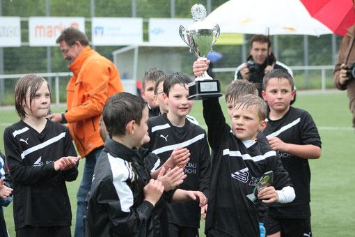 Hier ist der Pokal für unsere F-Junioren