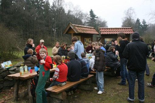 Aktionstage und Umwelterziehung im Naturschutzzentrum Dammer Berge. Die Marienschule Damme beteiligt sich aktiv am Umwelttag. Aktion heute: Entsiegeln von Pflasterflächen nach dem Motto: Beton raus - Natur rein !