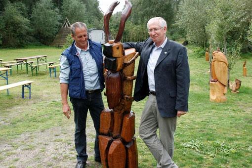 Der Hirschkäfer, ein Kunstwerk, welches der Künstler Pille (links) an den 2. Vors. des Naturschutz-Zentrums Dammer Berge übergibt. Der Hirschkäfer hat in den Dammer Bergen eines der größten Vorkommen in Niedersachsen.
