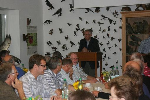 Feier zum 20jährigem Geburtstag der NABU - Ortsgruppe Damme im Naturschutz-Zentrum. Am Rednerpult der 1. Vors. Werner Schiller, im Hintergrund an der Wand ein Teil der Vogelpräparate der Sammlung Purrnhagen.