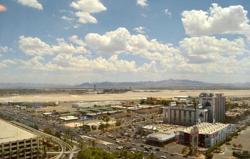 Blick von den Aufzügen auf den Flughafen